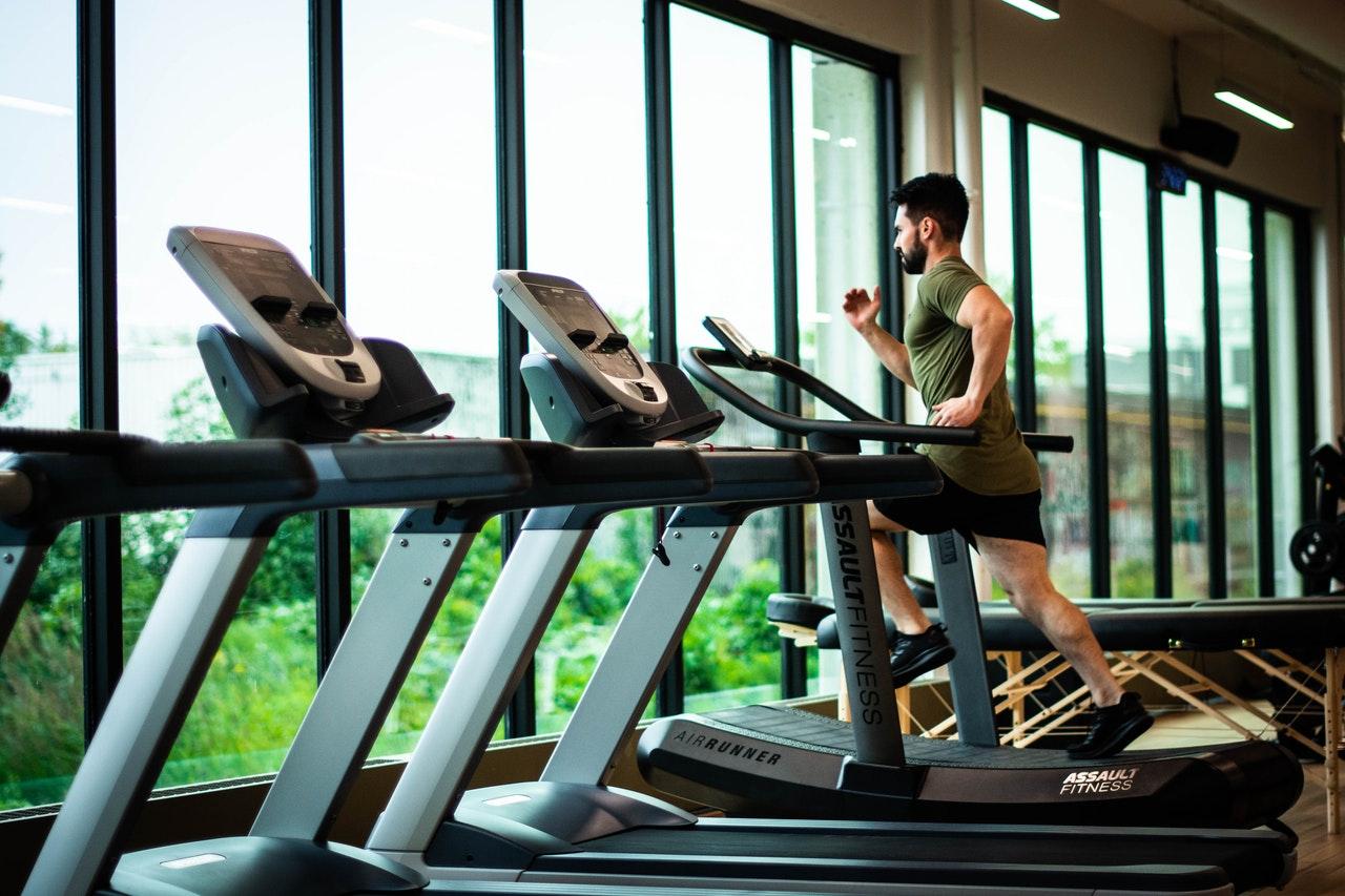 Man running on treadmill after taking a fat burner